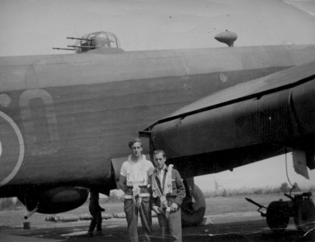 Jean-Paul Corbeil, mitrailleur tourelle dorsale, et Pierre Gauthier, navigateur